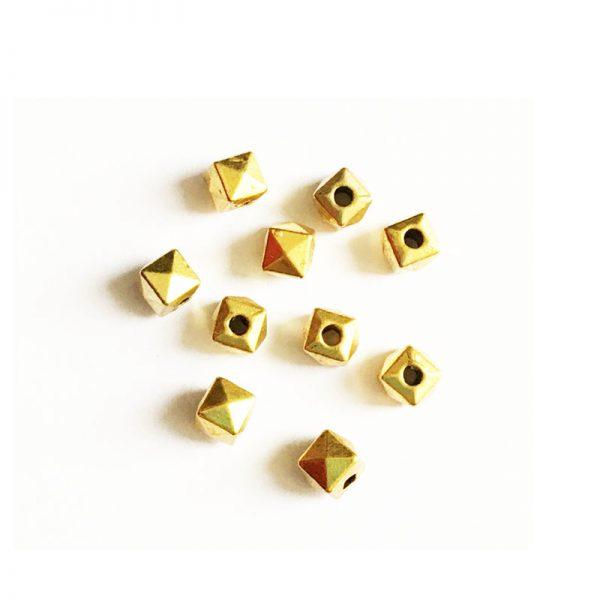 مهره طلایی مکعب تراش خورده 4x4mm بسته 40 عددی